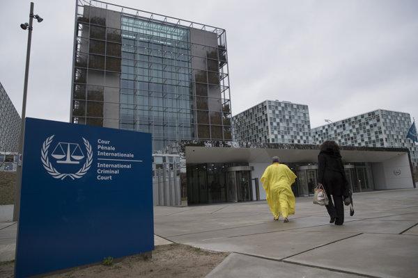 Stúpenci bývalého prezidenta Pobrežia Slonoviny Laurenta Gbagba kráčajú do budovy Medzinárodného trestného súdu.