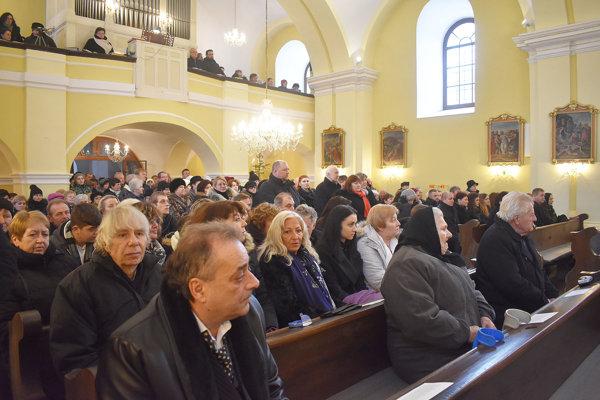 Na poslednú rozlúčku s duchovným Cyrilom Šujakom prišlo veľa ľudí. Bola v kostole v Dolnej Marikovej.