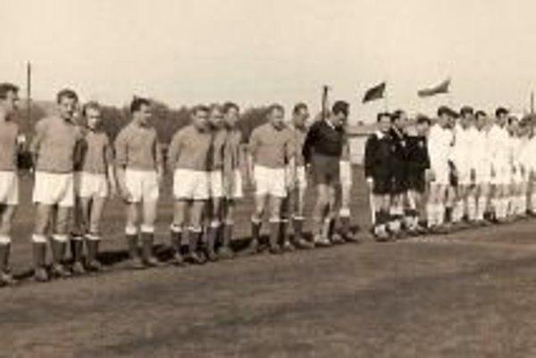 Nástup futbalistov pred zápasom na štadióne za Váhom.