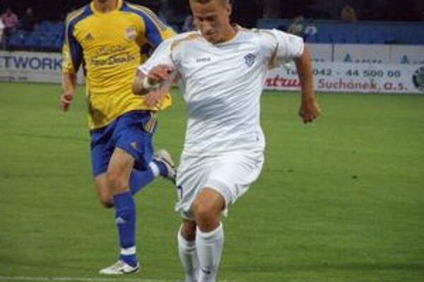 Erik Grendel (v bielom) prestupuje z Dubnice do Slovana.