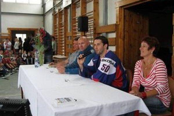 Brankár odpovedal na zvedavé otázky. Hokejista cítil, že škola športom stále naplno žije.