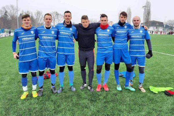 Zľava: Patrik Čičmanec, Martin Hollý, Patrik Hulini, Roman Blažek, Maroš Šimurda, Kamil Martinusik, Miroslav Chudý.