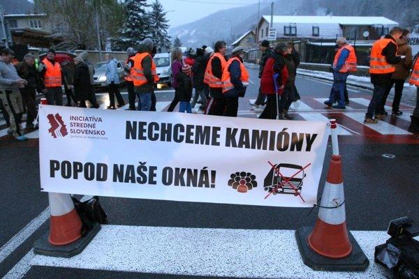 Jednou z foriem protesty bola aj blokáda cesty v Banskej Bystrici - Novom svete.