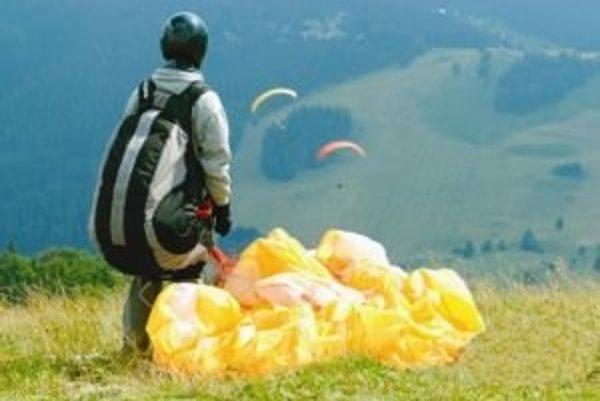 Lúky na vrchu Končitá a blízkeho Zvolena sú obľúbeným miestom vyznávačov paraglajdingu, ktorí začínajú lety z ich širokých holí.