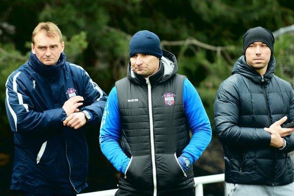 Zľava hlavný tréner Karol Praženica, asistent Branislav Mráz a športový riaditeľ FC ViOn Juraj Koprda.