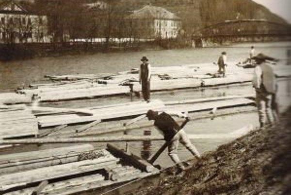 Odrážanie pltí v Políku v roku 1912.