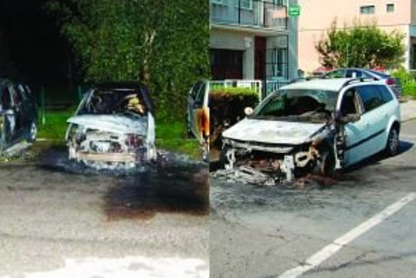 Tri zhorené autá počas dvoch týždňoch sú výsledkom úmyselných požiarov. Na fotografii sú dve zo zapálených áut.