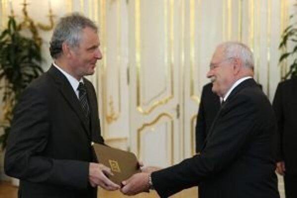 Pavla Nečasa (vľavo) vymenoval prezident Ivan Gašparovič za profesora.
