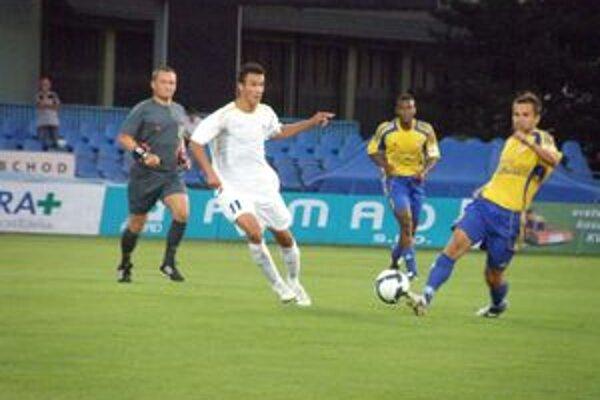Len Šulek (v bielom) dokázal využiť jednu z mnohých dubnických šancí.