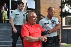 Milan na súde po rozhodovaní o vzatí do väzby.