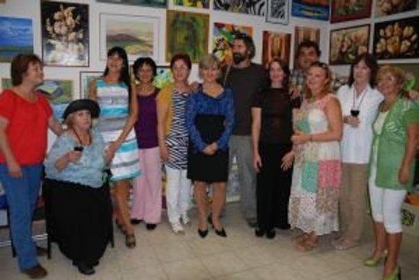 Členovia klubu v nových priestoroch galérie.