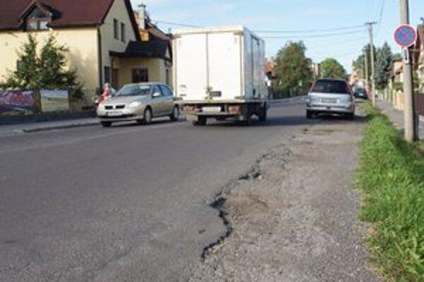Pri prechode na druhú stranu ľudia nebezpečne kľučkujú pomedzi autá.