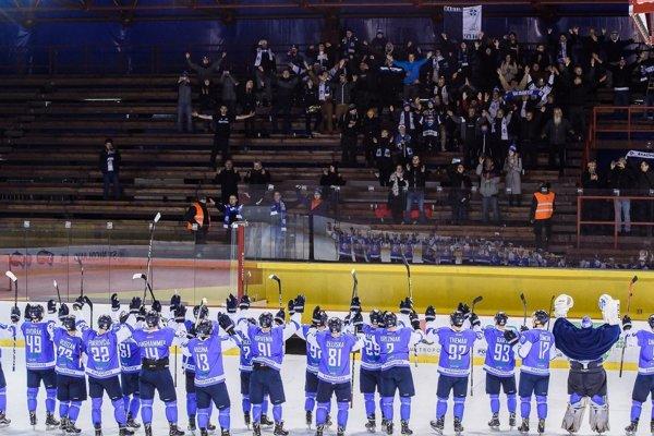 Martinčania sa po zápase v Bratislave tešili spolu s vernými fanúšikmi.