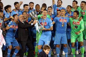 Slovenský stredopoliar a kapitán SSC Neapol Marek Hamšík, naľavo šéf klubu Aurelio De Laurentiis oslavujú s trofejou titul v talianskom futbalovom Superpohári po víťazstve nad Juventusom Turín v katarskej Dauhe 22. decembra 2014.