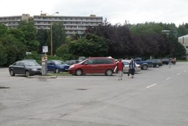 Vodiči už budú musieť za parkovanie na vyhradených parkoviskách, napríklad pri OD Prior, platiť poplatok.
