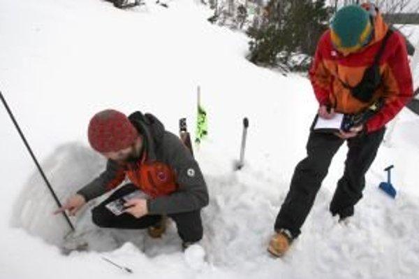 V posledných rokoch sa testy stability snehovej pokrývky zjednodušili, aby aj laici dokázali posúdiť, či snehová vrstva je, alebo nie je stabilná. Na fotografii Filip Kyzek a Marek Biskupič zo Strediska lavínovej prevencie Horskej záchrannej služby v Jasn