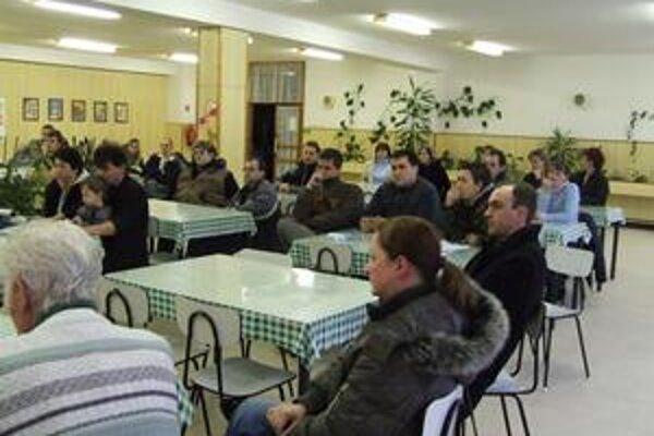 Atmosféra na stretnutí obyvateľov nájomnej bytovky v Ružomberku Baničnom s predstaviteľmi mesta bola pokojná.