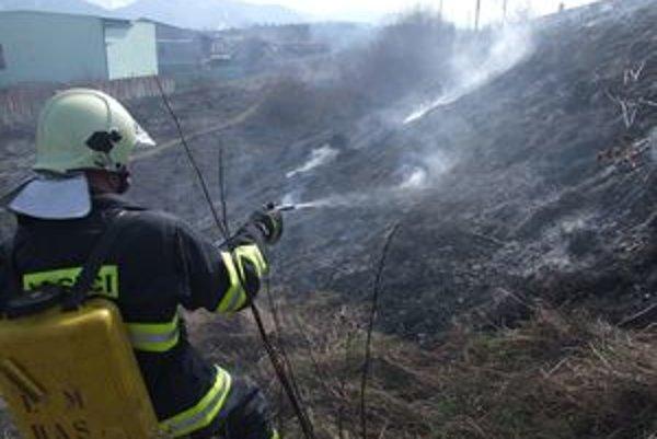 Ľudia si často neuvedomujú, že vypaľovanie trávy sa môže skončiť aj tragicky.