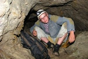 V baniach sú aj také miesta, kde sa Dušan Mesároš musí poriadne prikrčiť, aby šachtou vôbec prešiel.