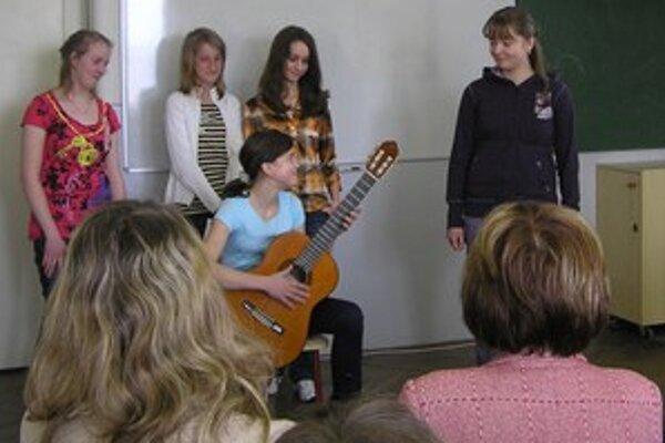 Pásmo krátkych epických textov s hrou na gitare v podaní žiačok ružomberského gymnázia.