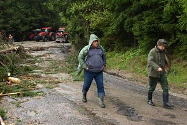 Pavel Zacharovský (vľavo) povedal, že na ceste pod Čertovicou dnes ešte pokračujú práce v dočisťovaní postihnutej lokality, ale pravdepodobne v podvečer bude horský priechod priechodný.