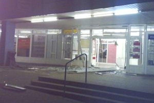 Páchatelia za sebou nechali poriadnu spúšť - na fotografii zničené dvere, ktoré prerazili autom.