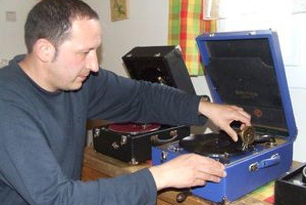 Michal Tokovský s rekonštruovanými kufríkovými gramofónmi, ktoré sú funkčné.
