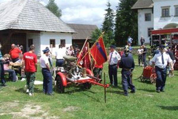 Historické striekačky zaujali aj vlani na Hasičskej nedeli v pribylinskom skanzene.
