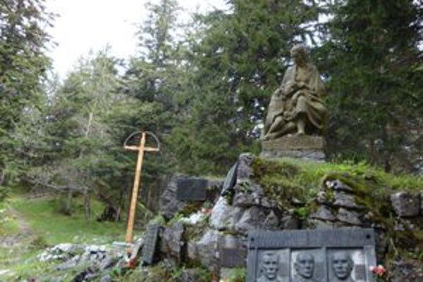 Na symbolickom cintoríne na Stodôlkach je horská pieta, socha matky s dieťaťom, ktorej autorom je Alfonz Groma. Pri nej je niekoľko tabuliek s menami obetí horských nešťastí aj partizánov a šesťmetrový drevený vyrezávaný kríž.