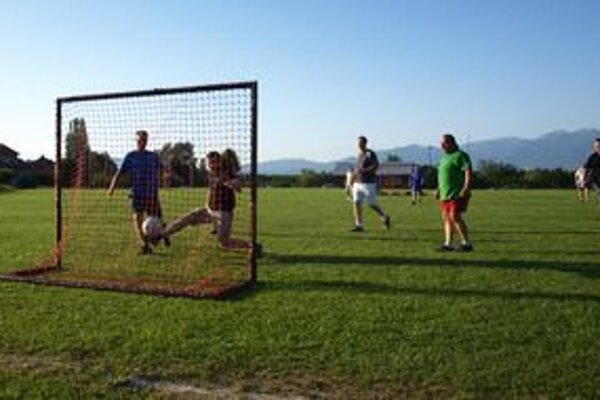 Aj pri futbale sa dajú riešiť pracovné záležitosti.
