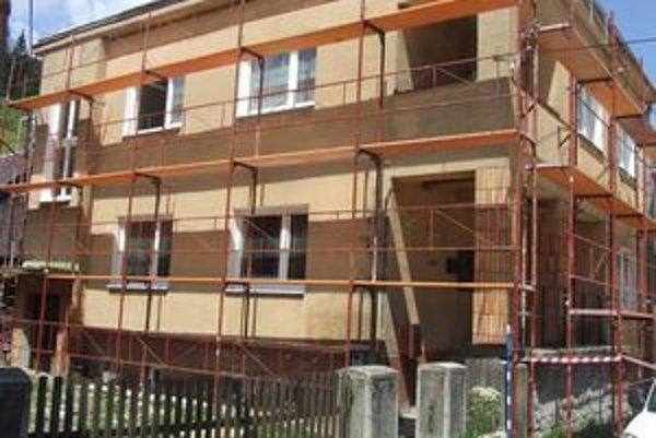 Budovu, v ktorej sídli obecný úrad, rekonštruujú.