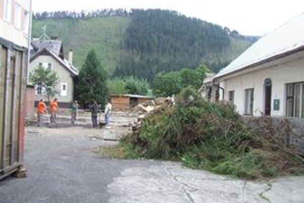 Prvé búracie práce začali za mestským úradom.