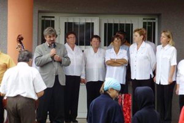 Liptovskoondrejčania majú od poslednej augustovej soboty k dispozícii zrekonštruovaný kultúrny dom. Fotografia je z jeho otvorenia, s mikrofónom v ruke je starosta Ľuboš Žubor.