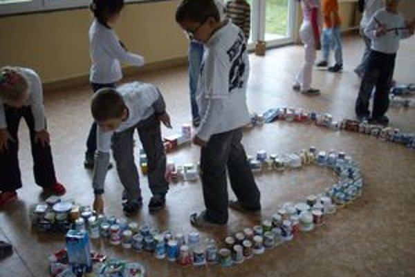 Z obalov z mliečnych výrobkov urobili deti na školskej chodbe veľkého hada.