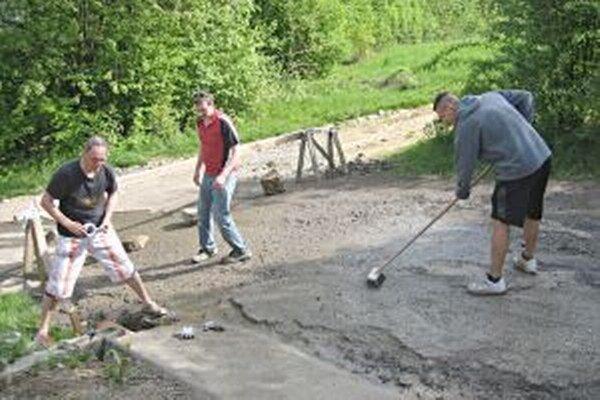 Obyvatelia si cestu opravili dokonca svojpomocne.
