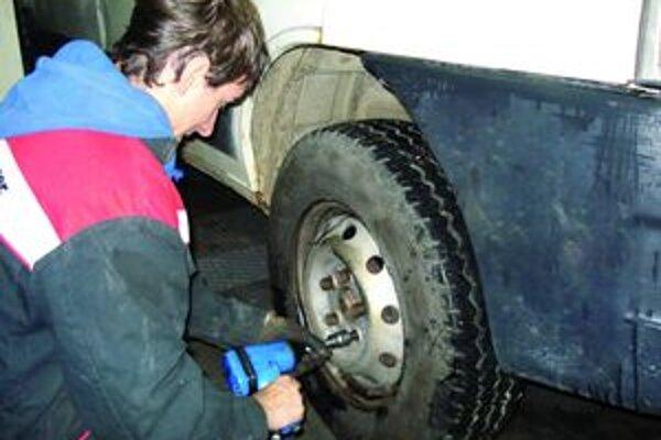 Nenechávajte  prezúvanie preumatík na poslednú chvíľu. Keď napadne prvý sneh, v pneuservisoch bývajú nápory.