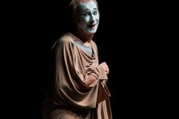 Milan Sládek stvárňuje na pódiu aj biblické príbehy a grécke báje, napríklad, Kaina a Ábela či Lédu s labuťou. Všetky postavy hrá sám.