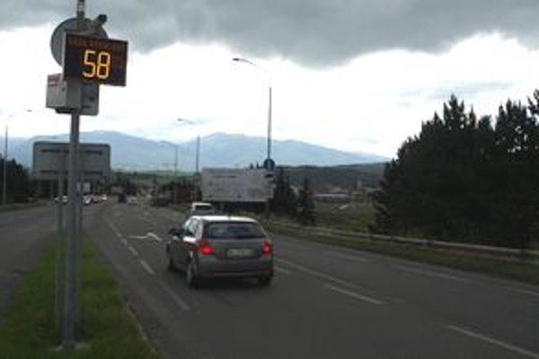 Po medzinárodnej ceste pretínajúcej Ľubochňu na dve polovice denne prejde v priemere viac ako 25.000 motorových vozidiel.