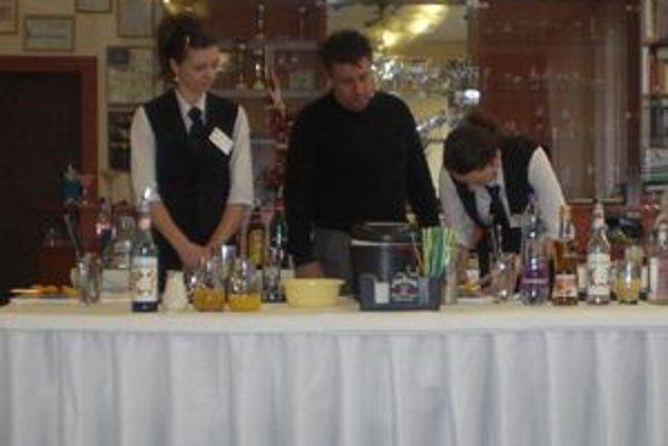 Budúci barmani sa učili miešať ušľachtilé nápoje.