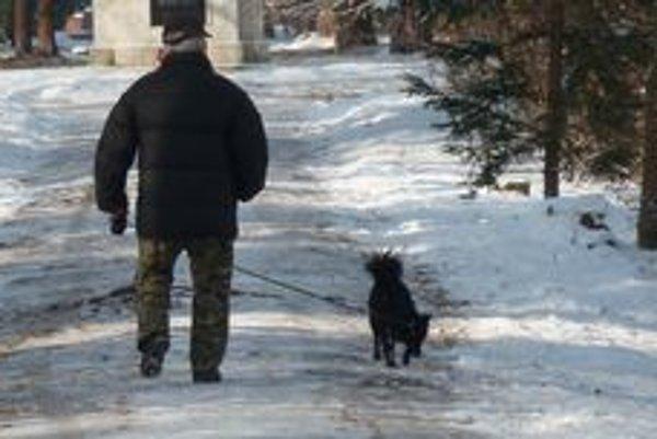 Zodpovední psičkári majú pocit, že síce platia daň, ale na každom kroku sú obmedzovaní nielen nepríjemnými pohľadmi a poznámkami odporcov psíkov, ale aj nedostatkom miest kde by štvornohých priateľov mohli nechať vybehať.