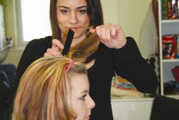 Elena Fudalová svoju spolužiačku Romanu Fajdekovú, ktorá jej na súťaži robila modelku, česala počas odbornej praxe niekoľkokrát denne.
