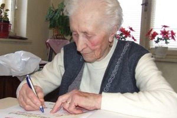 Zuzana Šarafínová sa na svoje deväťdesiate narodeniny zapísala do pamätnej knihy Závažnej Poruby. Napriek svojmu veku, stále chce byť osožná.