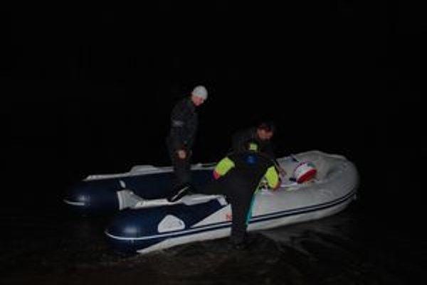 Potápači kontrolovali nádrž sonarom.