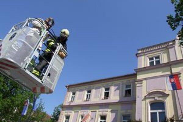 Hasiči pomocou vysokozdvižnej plošiny ženu dostali do bezpečia.
