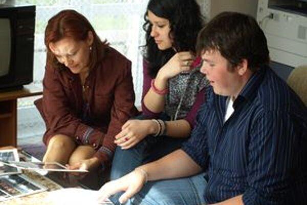 Úspešní tohtoroční maturanti z Gymnázia v Liptovskom Hrádku Roman Hapčo a Nikola Chaloupková s pedagogičkou Simonou Tekeľovou (vľavo), ktorá so študentami prešla celú cestu vývoja projektu.