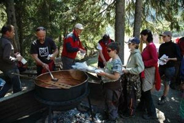 Žiarskej chate i doline dnes prišlo pomôcť približne dvesto ľudí.