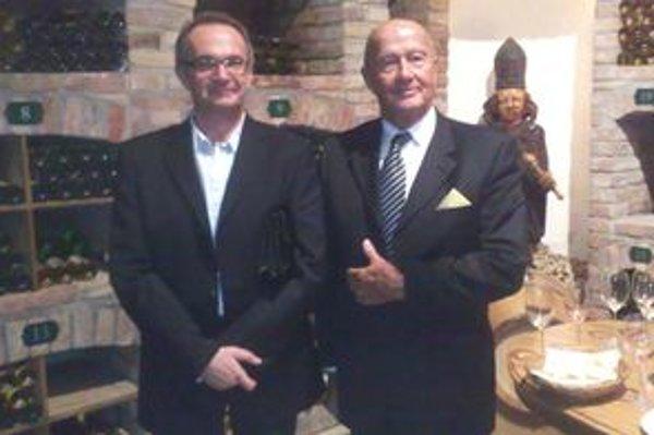 Luxemburský fyzik Edmond D. Krecké (vpravo) nominovaný na Nobelovu cenu, s Miroslavom Madudom z Liptovského Hrádku.