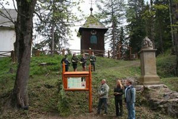 Pri informačnej tabuli František Bizub, vpravo Peter Vítek. Hore zvonica so vzácnymi hodinami s dreveným ciferníkom, pod ňou Novum Castrum kvintet .