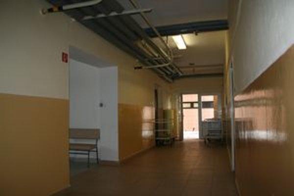 Onkologická ambulancia je vpravo, čakáreň urobili v bočnej chodbe.