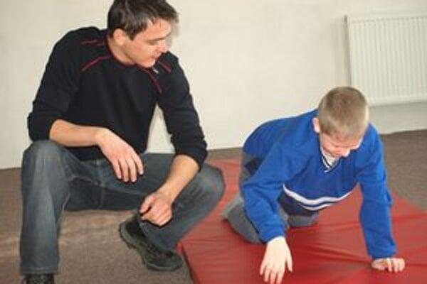 Vysokoškolák Marek Galvánek, budúci fyzioterapeut, učil Matúša Šalyho najprv pri pohybe štvornožky ovládať ruky a prekladať ich pri takejto chôdzi.